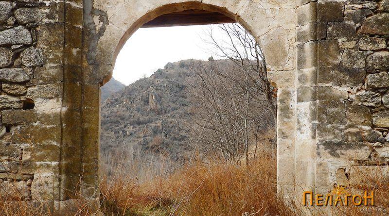 Манастирската порта однадвор