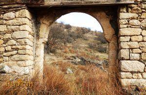 Манастирската порта одвнатре