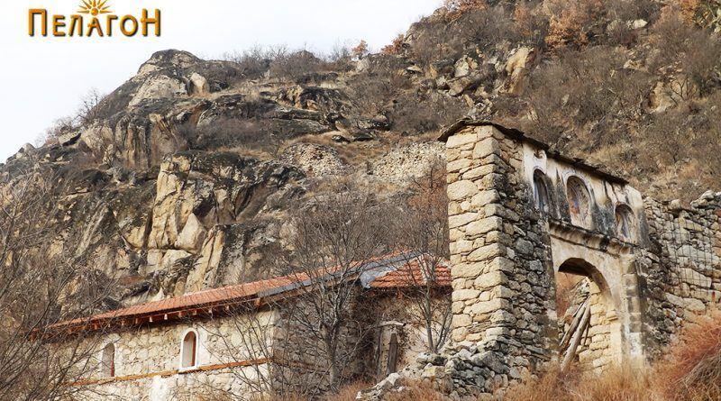 """Манастирската порта и новата градба на """"Св. Димитрија"""""""