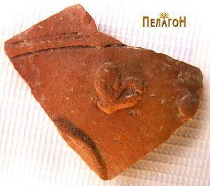 Фрагмент од керамички сад со украсување