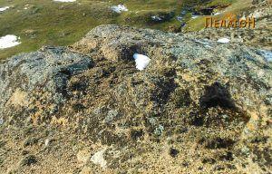 Оштетени гробови во карпа во близина на гробниците