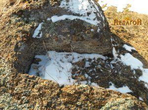 Оштетен гроб во карпа во близина
