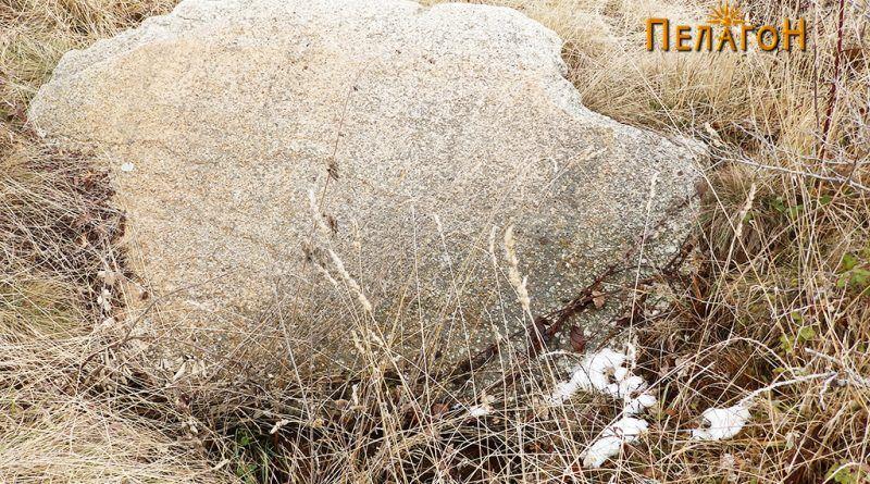 Голема камена плоча од некрополата