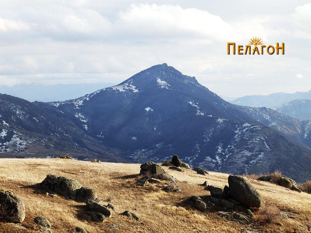 """Дел од амбиентот од околината на """"Казан"""" со врвот Висока"""