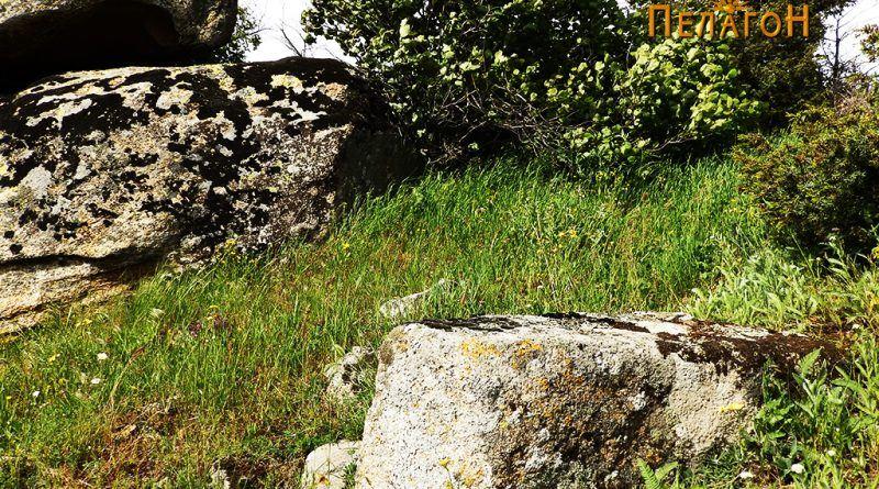 Голем блок од камен, дел од влезот во тврдината