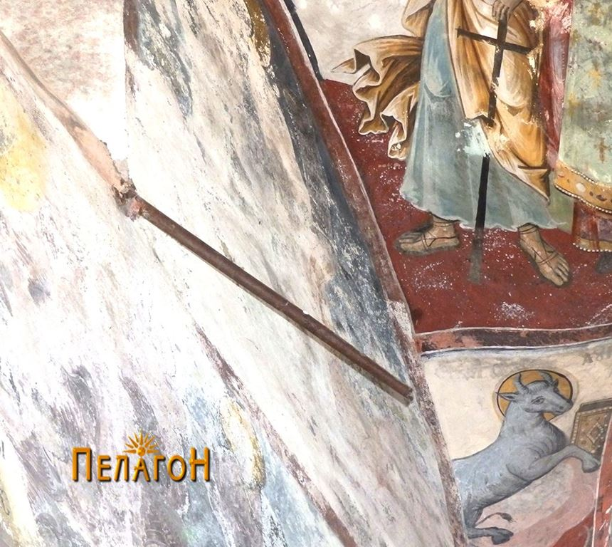 Цевка од пушка од внатрешната страна на западниот ѕид на црквата