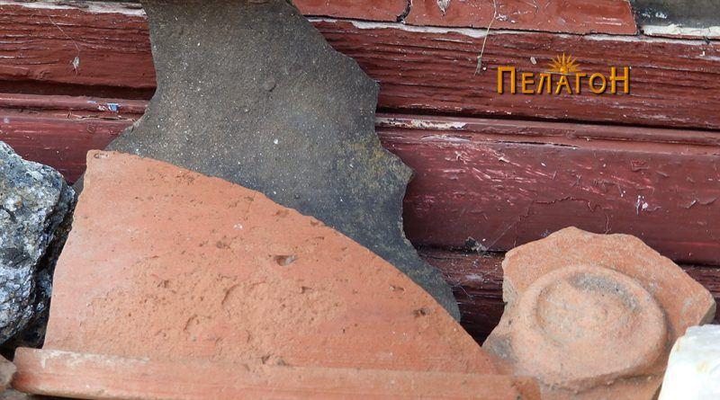 Фрагменти од керамички садови во една од селските куќи 5