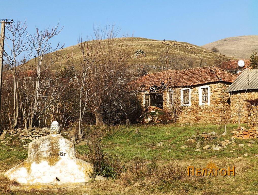 """Селската чешма во Црнобуки со ридот """"Градиште"""""""
