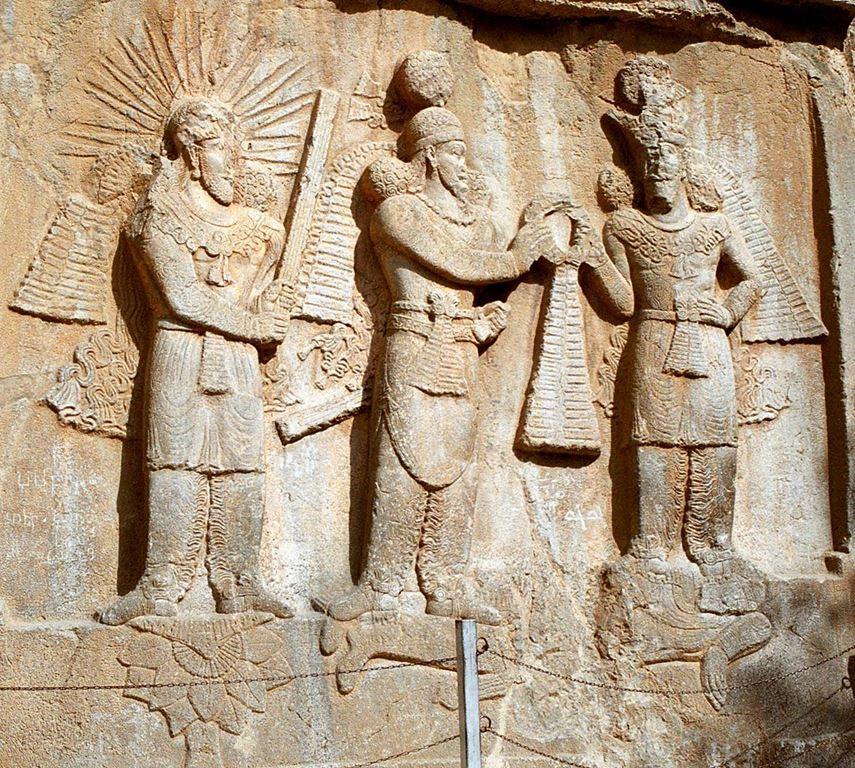 Богот Митра во друштво со други богови - Bas-relief de l'investiture d'Ardashir II à Taq-e Bostan