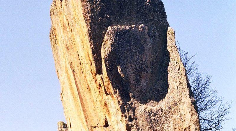 Карпа со форма на менхир во близина