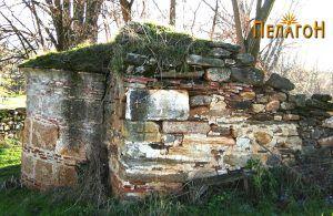 Остаток од стара црква во кругот на современата
