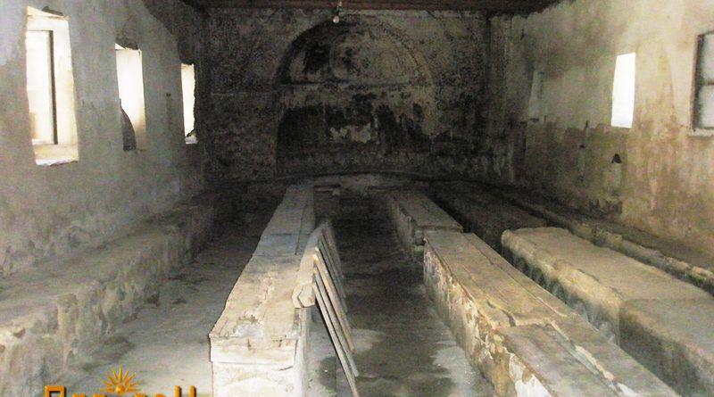 Трпезариската сала со камените маси
