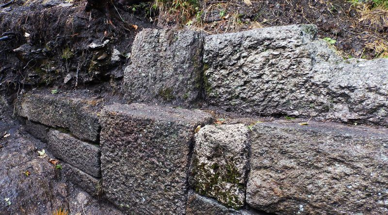Убаво сочуван дел од ѕидот од десната страна на скалите - во повисокиот дел