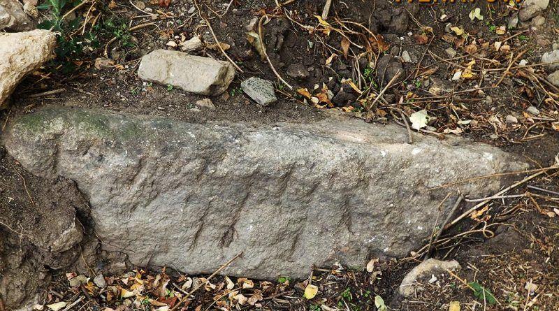 Камен блок на местото на ископувањето во селото
