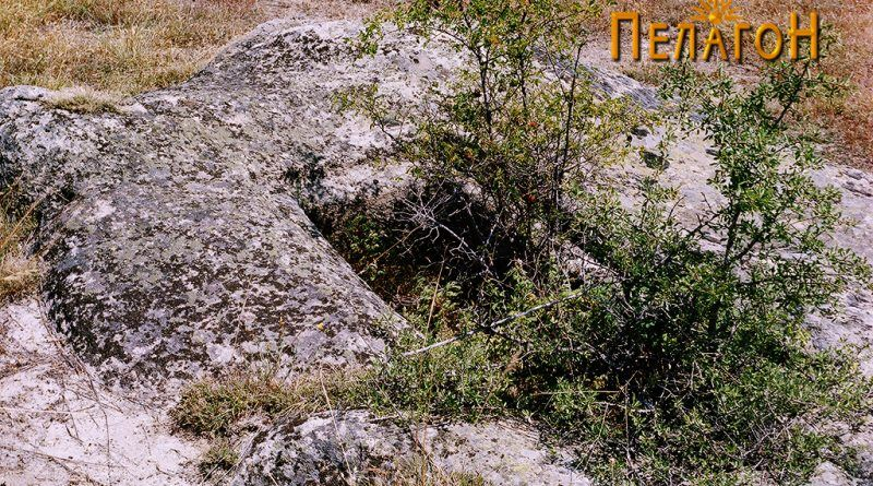 Гроб изработен во карпа во близина на остатоците од храмот