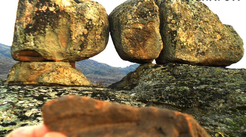 Камената порта и фрагмент од керамички сад - дно