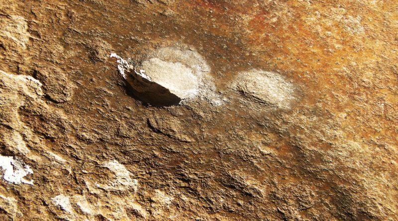 Мазен дел две кружни јами на камена површина во близина на цртежите 2