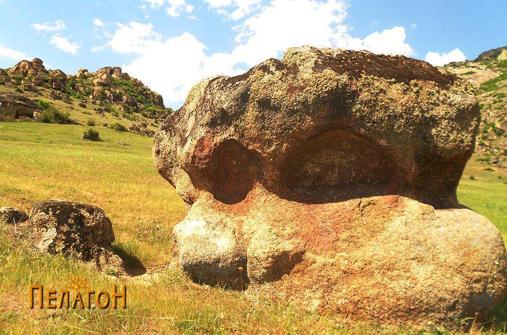 Култната карпа од исток