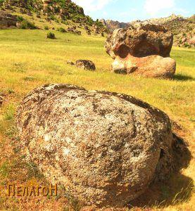 Култната карпа од југоисток со помала карпа во близина