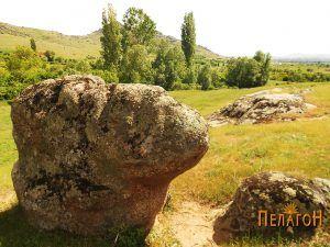 Култната карпа од запад со помала карпа крај неа