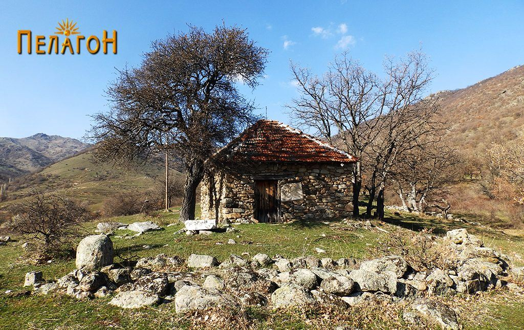 Денешната скромна градба со остатоците од стариот храм пред неа