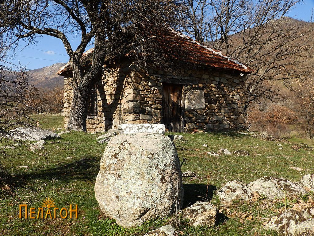 Остатоци со столбесто обработен камен блок