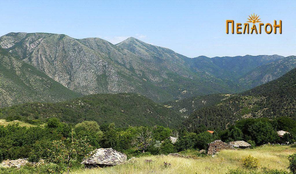 """Дел од селото Врпско со црквата """"Св. Архангел Михаил"""" и долината на Црна Река"""