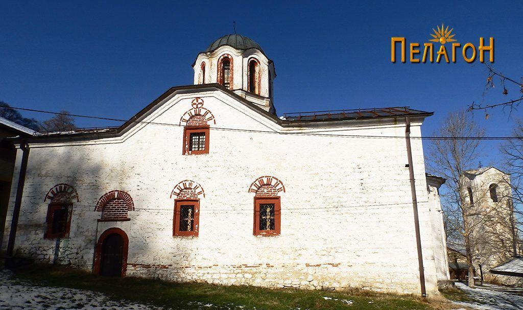 Црквата од југ