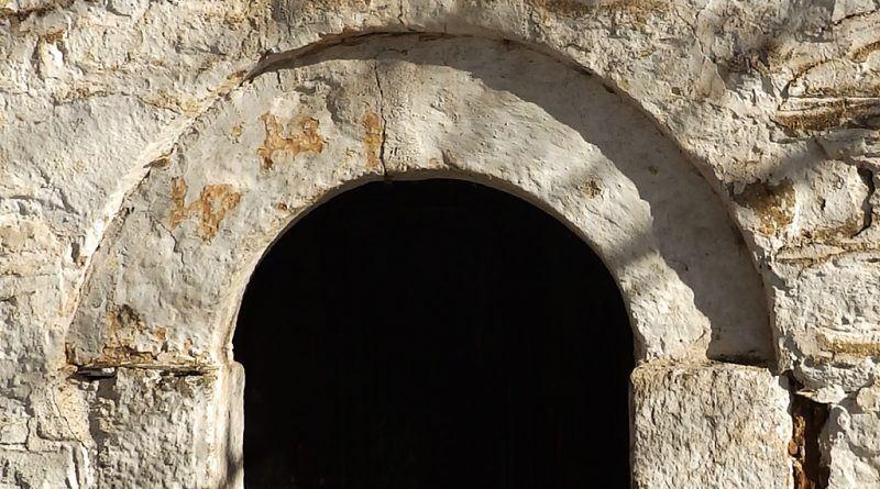 Влезот во кулата на камбанаријата со нов натпис над него