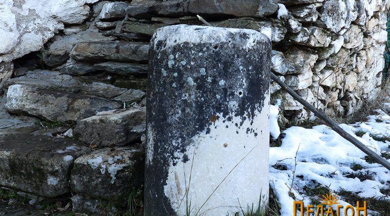 Фрагмент од мермерен столб пред конакот