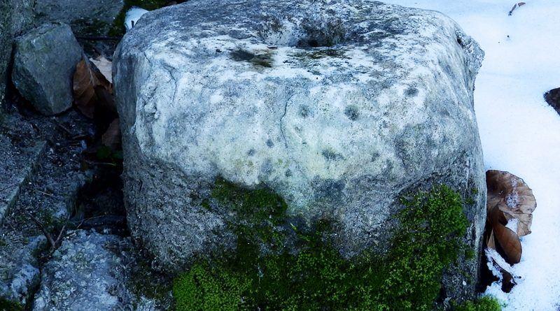 """Фрагмент од мермерен столб кај чешмата близу црквичката """"Св. Ѓорѓи"""" - од десна страна"""