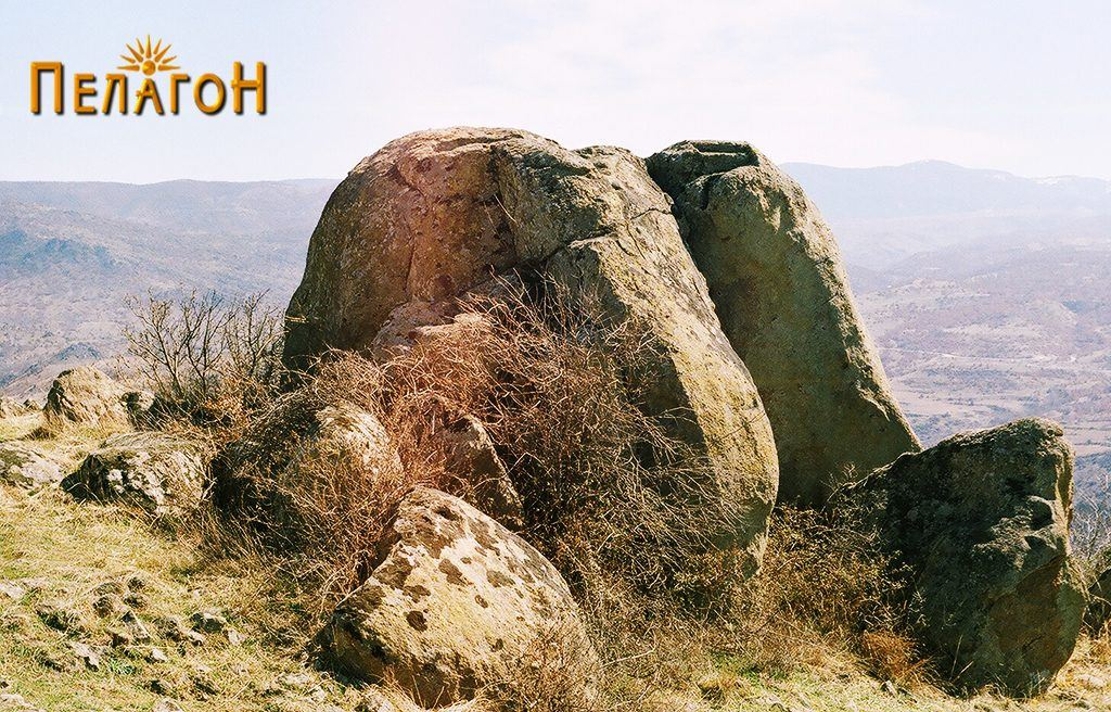 Една од карпите прилагодена како кула на работ на тврдината