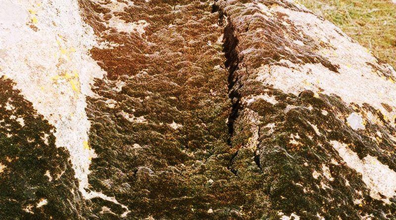 Врежување на една од карпите на работ од платото со тврдината 2