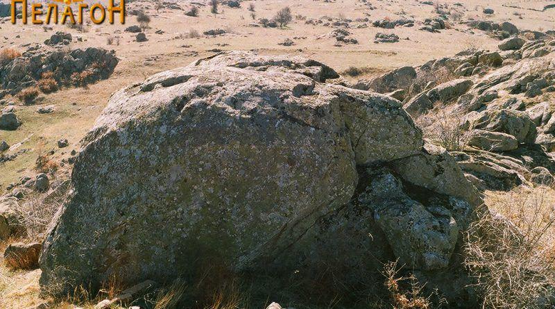 Една од карпите прилагодена како кула на работ на тврдината 2