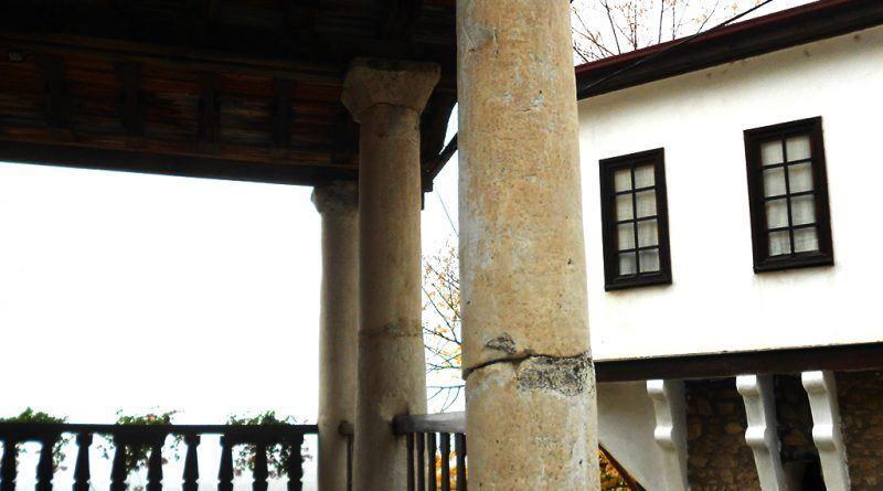 Колонада од три столба од мермер во црковниот трем