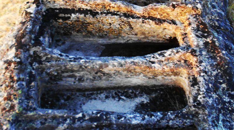 Правилен ред гробови во карпа
