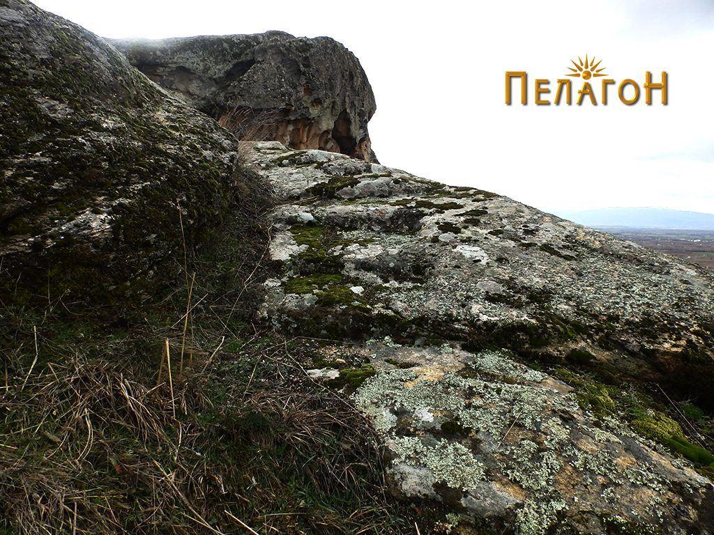 Скали во близина на некрополата од северозападната страна