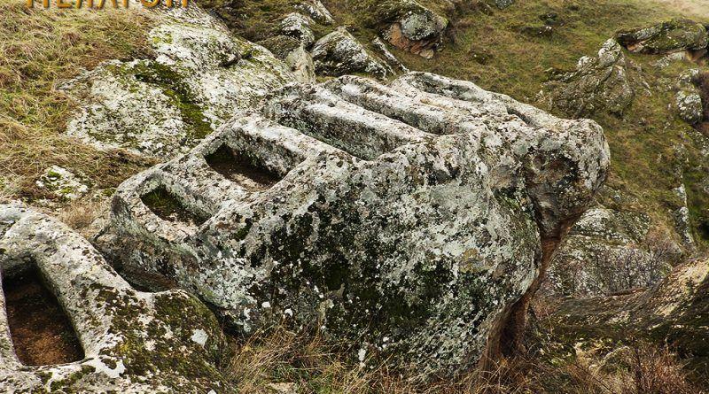 Дел од гробовите на издвоена карпа 2