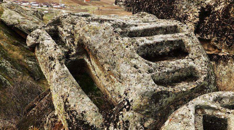 Дел од гробовите на издвоена карпа - комплетно исполнета со гробови