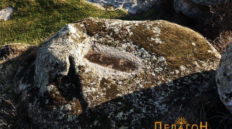 Од блиската околина - кружно оформена површина со издлабен објект