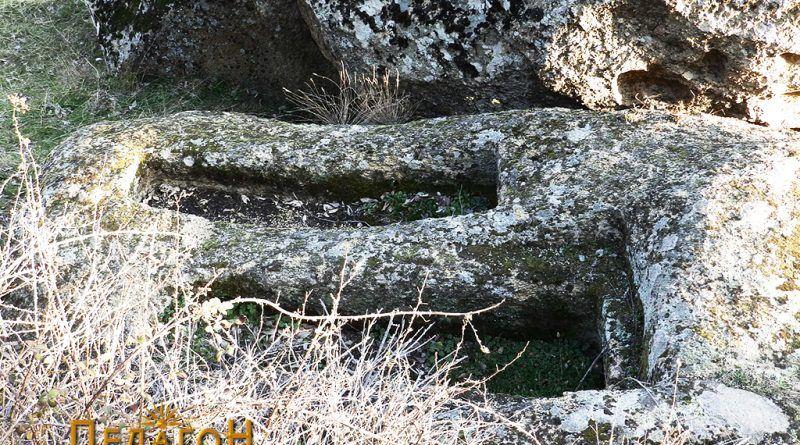 Два добро оформени гроба од јужната страна