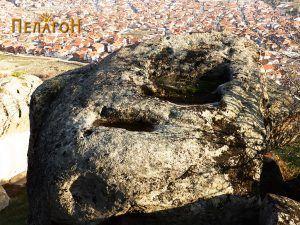 Горната површина на карпата со горобовите