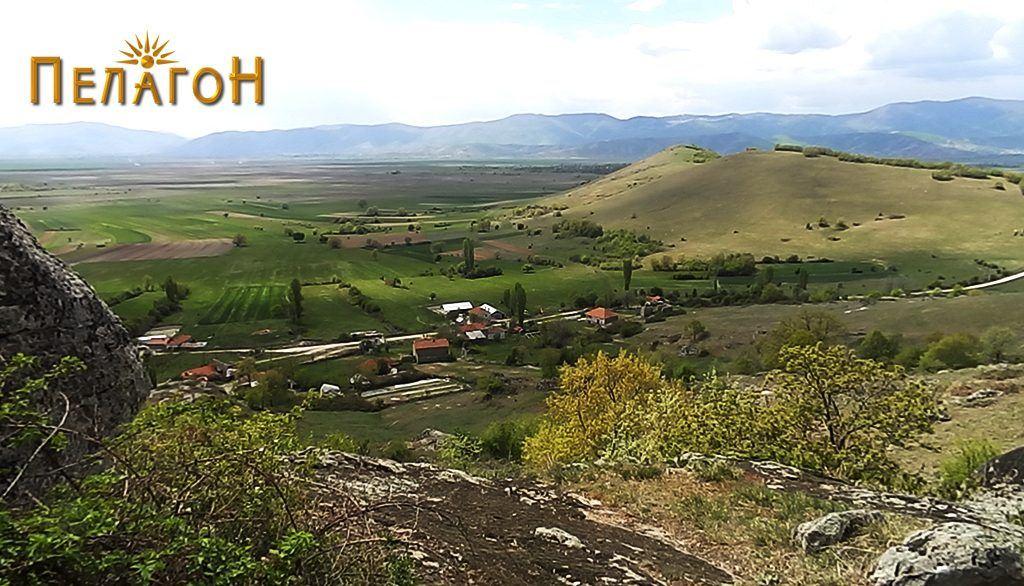 Дел од селото Кутлешево - поглед од Кале 1 со л. Марков Чардак во позадина