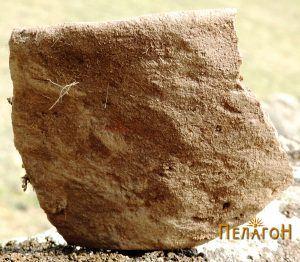 Фрагмент од керамички сад со дно и устинка