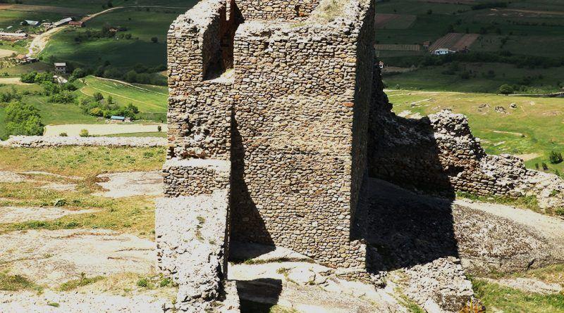 Една од поголемите камени градби на западната страна од врвот Чардак