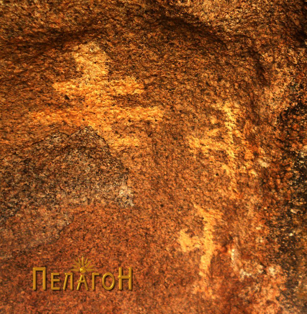 Трите крстови се наоѓаат на десната половина на крајната ниша од десната страна на карпата