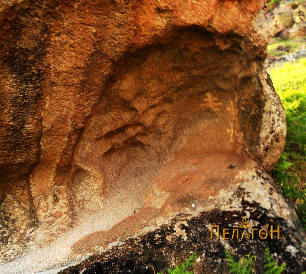 Најголемата ниша со симболи од десната страна на југоисточниот профил на карпата