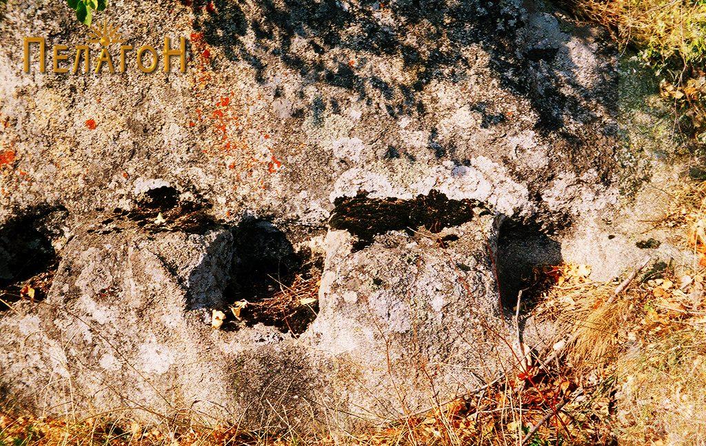 Обработен дел на вертикален профил на карпа користена како ѕид од градба