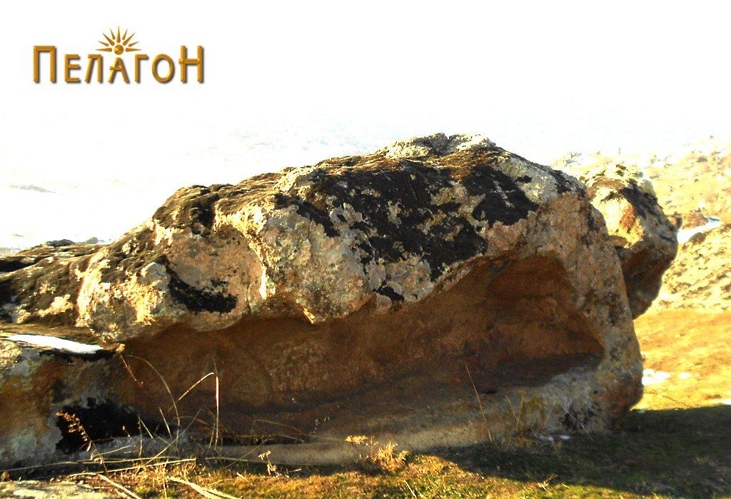 Долгата хоризонтална ниша на култната карпа