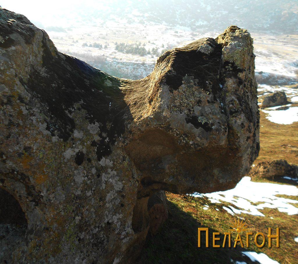"""""""Главата"""" на култната карпа од северната страна"""